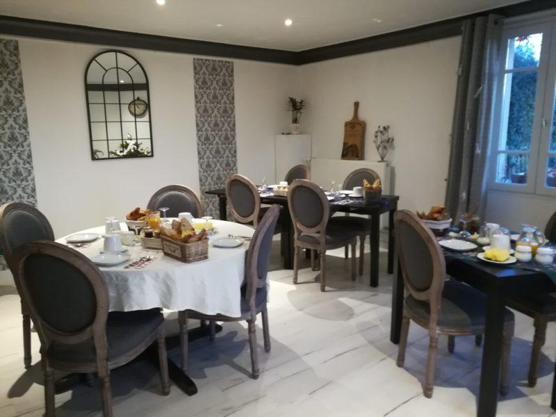 salle à manger, petit-déjeuner table d'hôtes produits locaux bio